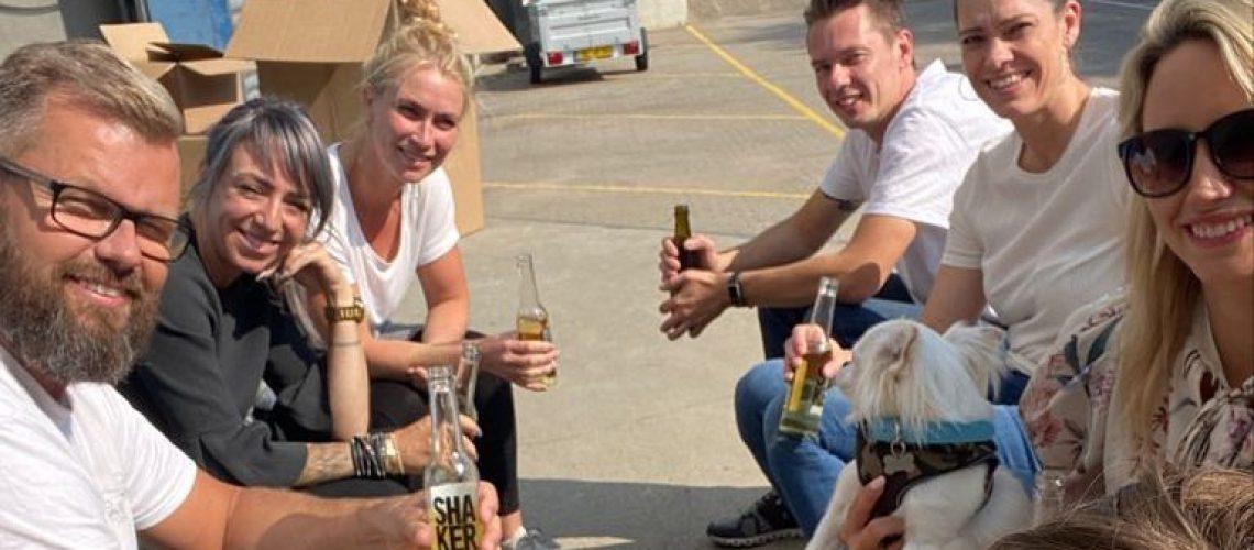 Nyder en fredagsøl med mit team fra Sjælland